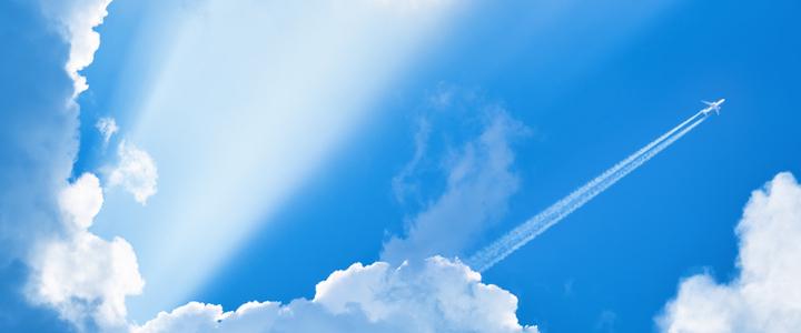 Les avions laissent des traces blanches dans le ciel : savez-vous pourquoi ?