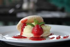 Finir un repas en beauté avec un macaron à la fraise ...